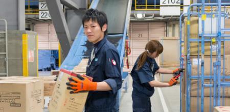 倉庫内で働く男性スタッフの写真