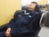 マッサージチェアで仮眠をとるスタッフ